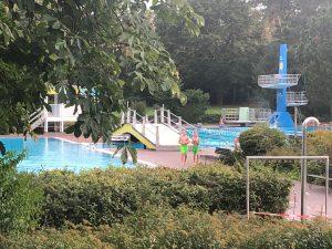 Eröffnung des Lorscher Waldschwimmbads im Blick